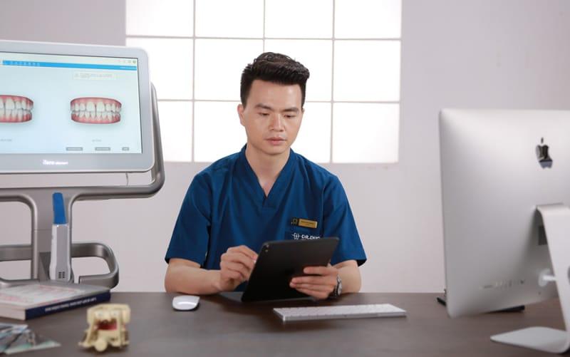 Ngoài tham gia điều trị, bác sĩ Đức còn là dịch giả nhiều cuốn sách Y khoa